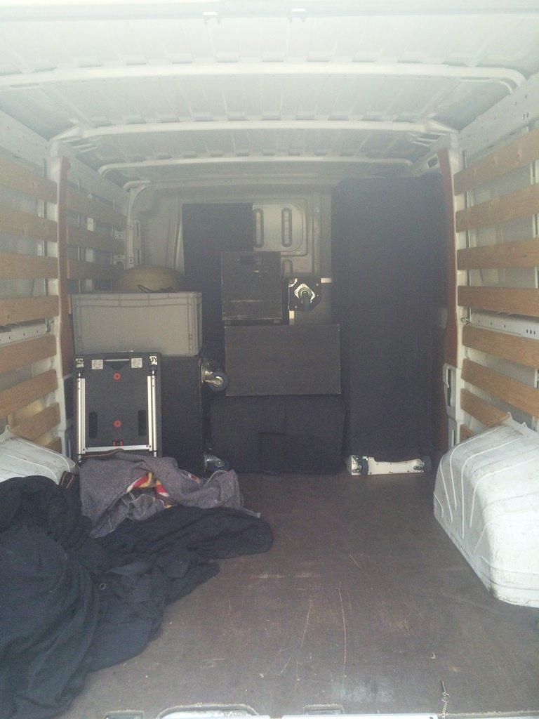 busje inpakken voor onze eerste bruiloft DJ show op woensdagavond bij de Zandstuve in Den Ham!
