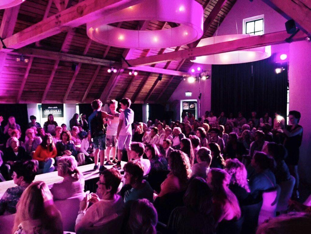 Woensdagavond organiseerde Brodshoes een Ladies Night. Gaaf hè met al die roze lampen? Die waren van ons!