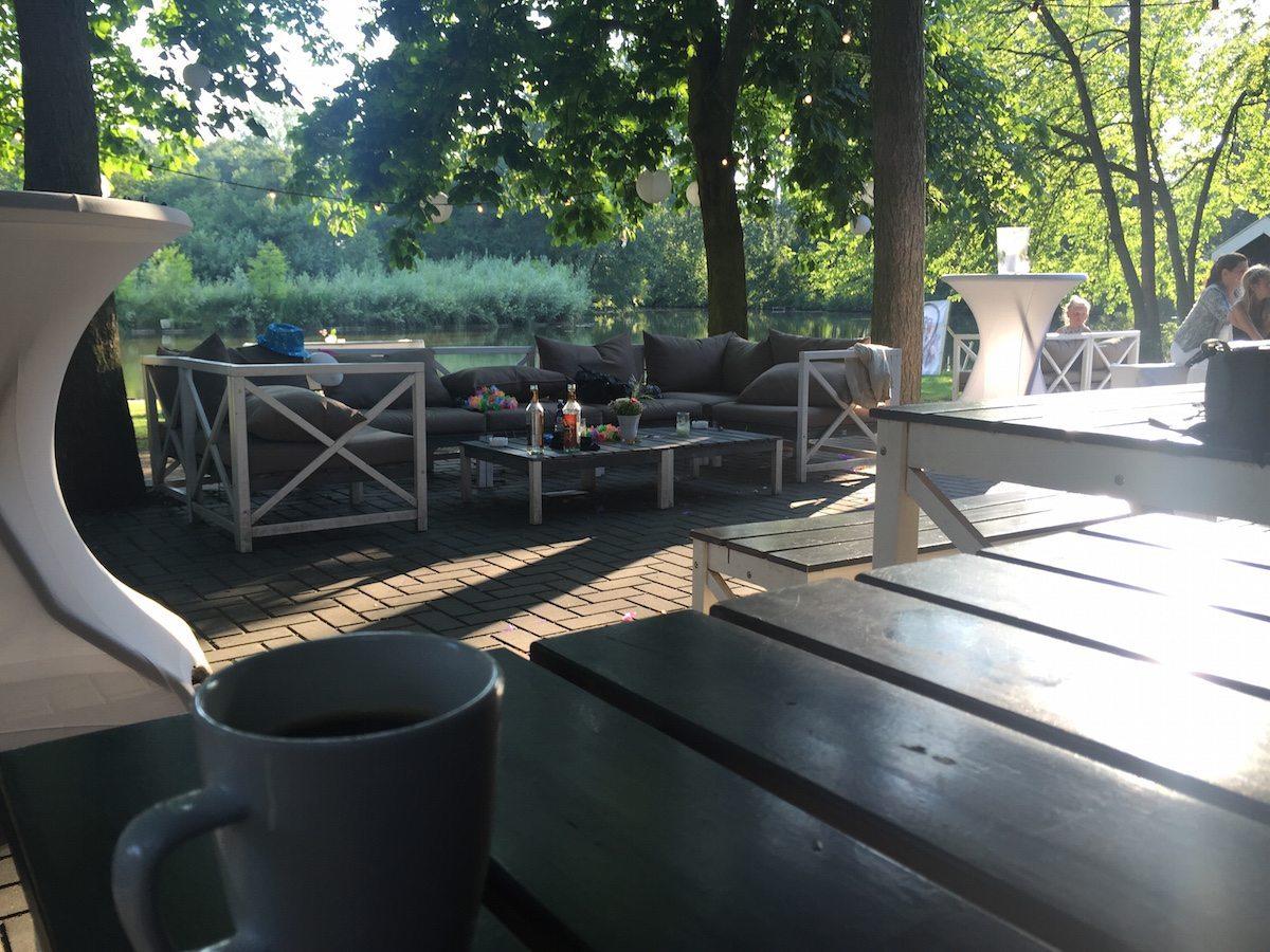 Rutger pakt nog even een bakje koffie op buitenplaats de Houtmaat! Prachtig uitzicht op het water!