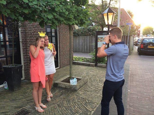 Zaterdag stonden we op de jubileumbruiloft van familie Velten. Opnieuw bij het Brodshoes. Met een polaroidfotograaf werden de gasten feestelijk ontvangen! ?