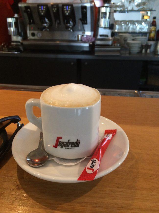 Wie ons inmiddels een beetje kent... weet dat we wel van een kopje koffie houden! ☕️ Wie nodigt ons uit voor een lekker kopje koffie?