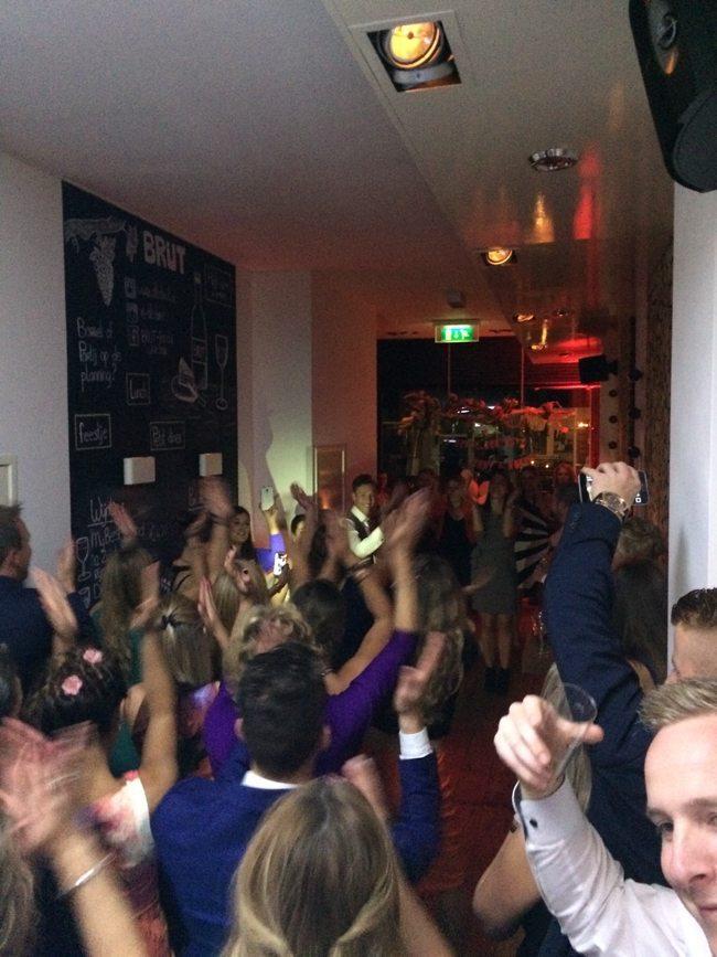 Daarna ging het al direct los! Vrienden en familie hadden een flashmob ingestudeerd. Wie dus nog een leuk idee zoekt om het feest denderend de starten.... ;-)