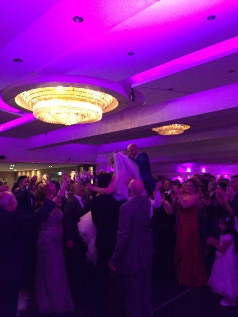 Bij binnenkomst van het Bruidspaar Anne & Ammar bij DJ Rutger was het al direct feest!