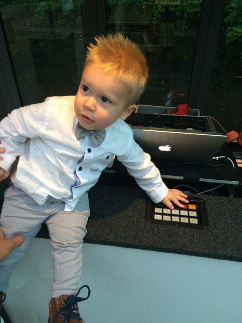 DJ Mark vermaakte eerst nog even de kinderen door ze op de verschillende lichtprogramma's te laten drukken :-)