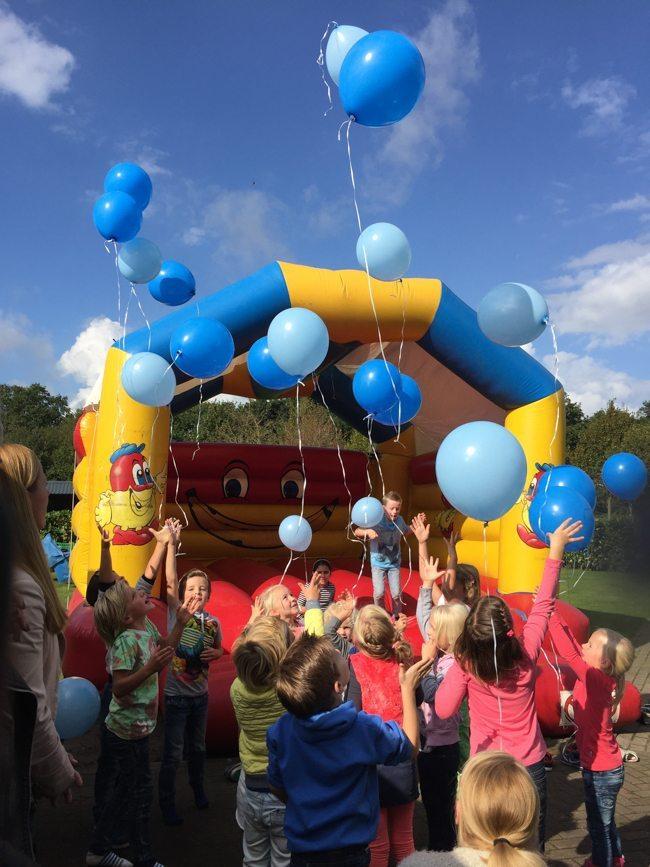 De vriendjes en vriendinnetjes van Sem lieten bij binnenkomst allemaal een ballon op: Sem is genezen! ?