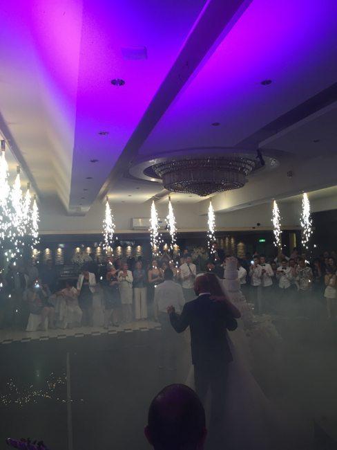 De taart aansnijden is altijd een hele gebeurtenis op een Syrische bruiloft. Er kwam zelfs vuurwerk uit het plafond :-) ?