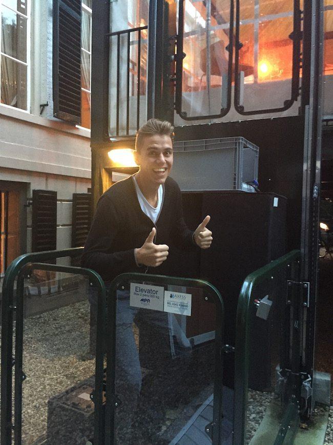 Zo te zien was Mark erg blij met de lift bij Landgoed het Laer in Ommen! :-)