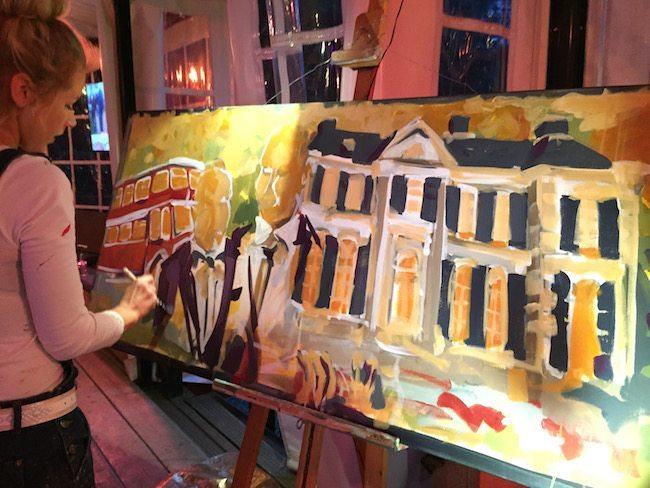 Onze collega Marieke Bekke was ook aanwezig afgelopen dinsdag. Zij maakt live een schilderij van de trouwdag, heel erg vet! ✏️