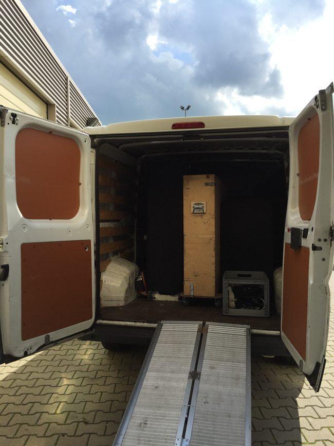Eenmaal weer aangekomen bij ons pandje in Nijverdal wordt het busje weer volgeladen om de volgende shows op te bouwen! ?