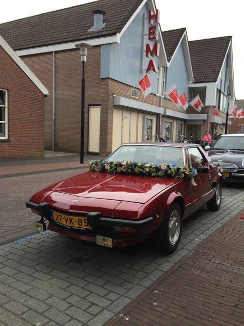 Tijdens het afleveren van het videogastenboek bij het Brodshoes in Rijssen was het bruidspaar Mark & Frederieke al gearriveerd met deze klassieke trouwauto!