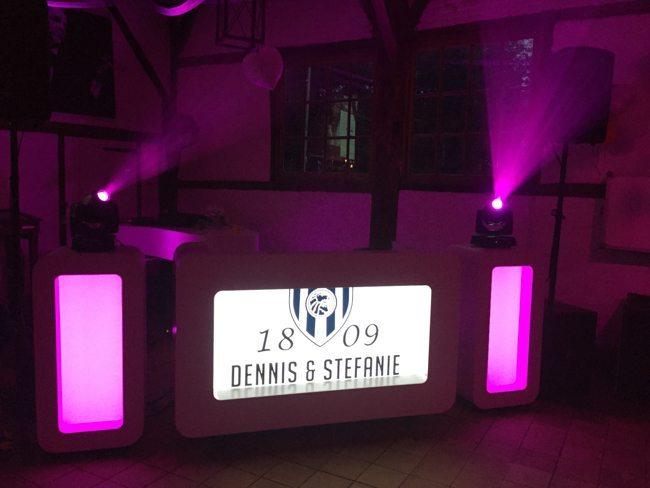 DJ Rutger stond op de bruiloft van Dennis en Stefanie bij Het Everloo in Rossum. Beide fanatiek Heracles-supporters, dus een gepast logo op het LED scherm! ⚽️