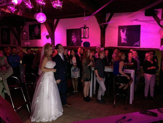 Supergaaf. Naast het aanwezige bestuur van Heracles en een aantal oud-voetballers spraken de Heracles spelers allemaal een persoonlijke videoboodschap in voor Dennis & Stefanie die hier getoond werd aan het bruidspaar! ?
