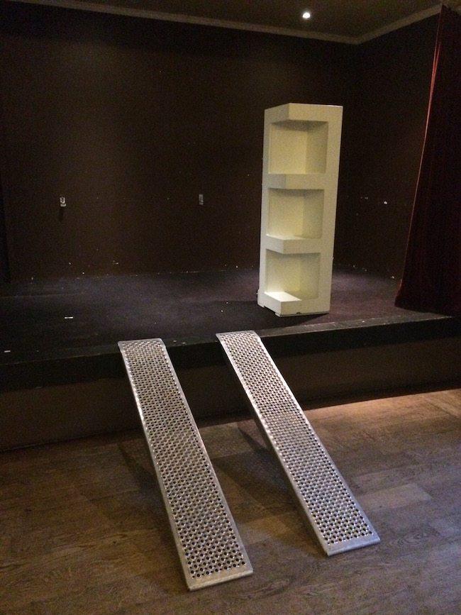 Bij deze locatie hadden we niet alleen oprijdplaten nodig bij de aanhanger, maar ook voor het podium! Ook dat is het leven van een bruiloft DJ. We moeten het ook niet moeilijker maken dan het is! :-) ?