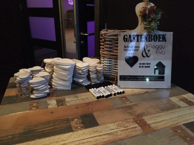Het gastenboek bij de Twentse Bierbrouwerij voor het bruidspaar Reggy & Eva! Vrienden en familie konden een persoonlijke boodschap schrijven op de houten hartjes #creatief ?