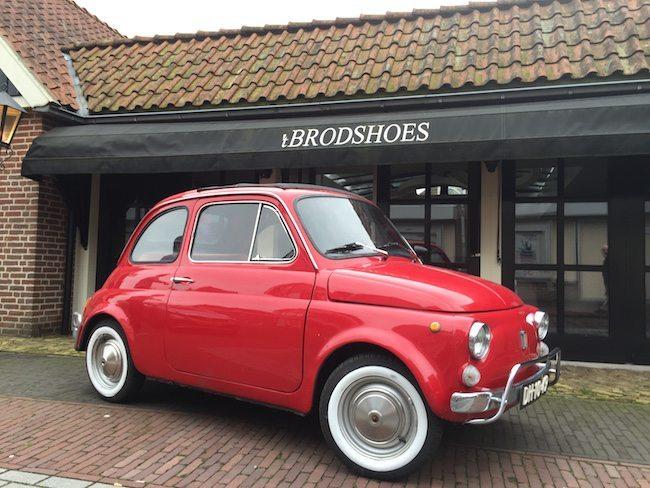 En, daar staat hij! Onze prachtige Fiat 500 voor de entree van 't Brodshoes! Meer info over deze Fiat 500 trouwauto?