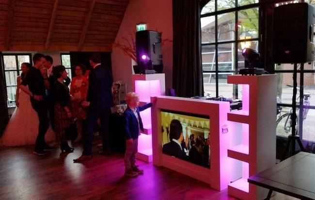 DJ Erik stond op de bruiloft van Judith en Arnold bij het Brodshoes in Rijssen! Het werd een fantastisch feest. Het personeel van Brodshoes (Jeroen) moest deze avond extra snel biertjes en wijntjes tappen :-) ??