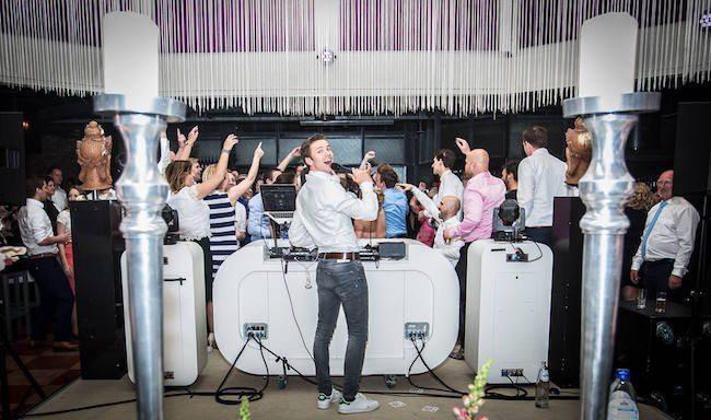 Deze vette foto gemaakt op het avondfeest bij Gijs & Kelly ontvingen we van Jelle Ipskamp. Hij is fotograaf van Ja ik wil fotografie! Zoek je dus nog een toffe trouwfotograaf, bekijk snel zijn website! Jelle, bedankt! ??