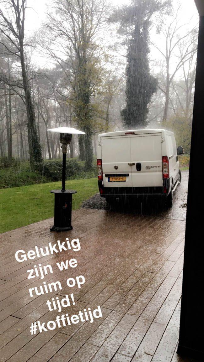 Ondertussen kwam Sander aan bij de locatie Hoog Holten. Samen met Mark de show even opbouwen voor de knallende bruiloft van Maarten & Jorina! Of toch eerst koffie drinken? ☔️