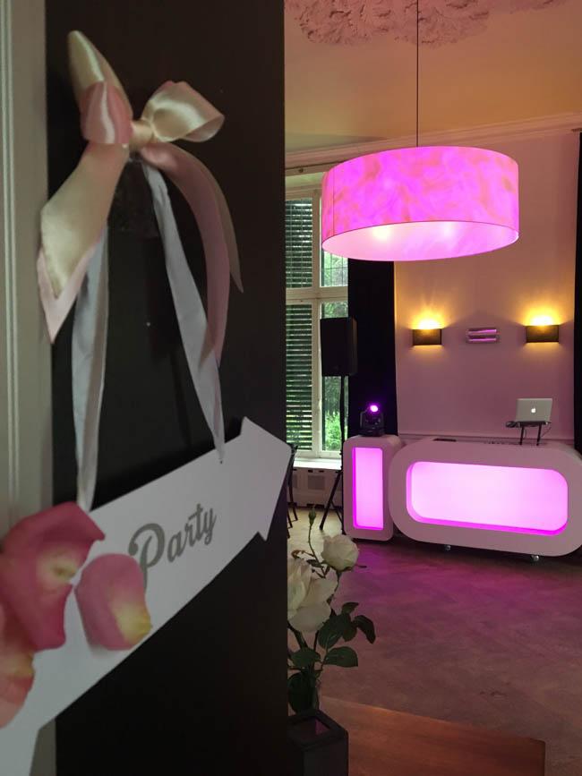 De Oval DJ Show staat klaar op de bruiloft van Michiel & Wei bij de prachtige locatie 'Landgoed Rhederoord' in de Steeg! Het feest staat op het punt om los te barsten dus de laptop gaat snel dicht; cheers! ?
