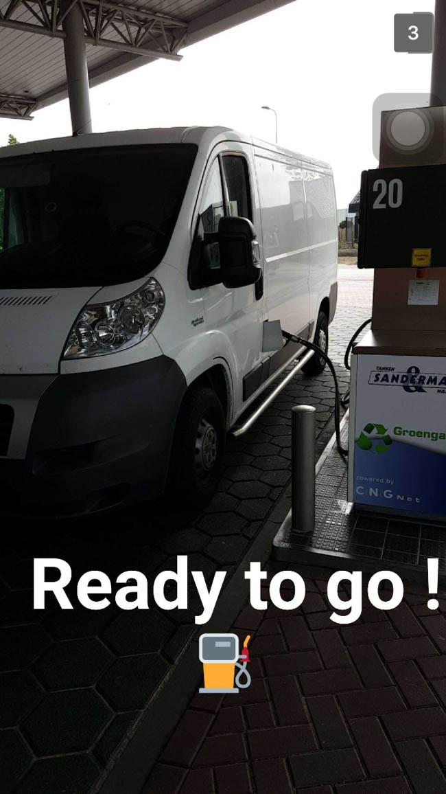 De bus nog even vullen met CNG Groengas en Roadie Sander kon weer kilometers vreten! ?