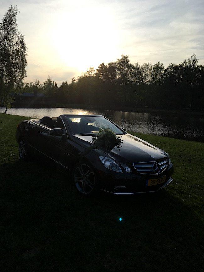 De prachtige trouwauto van Gerlinde & Koen tijdens sunset in Denekamp! ☀️