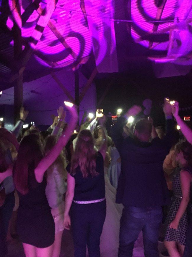 """Ook als afsluiter hier een spotligt momentje waarbij de kaarsjes en mobiele telefoons de lucht in gingen! Reactie DJ Mark: """"Het was een prachtig feest Laura & Marec, iedereen bedankt voor de onwijs gezellige avond""""."""