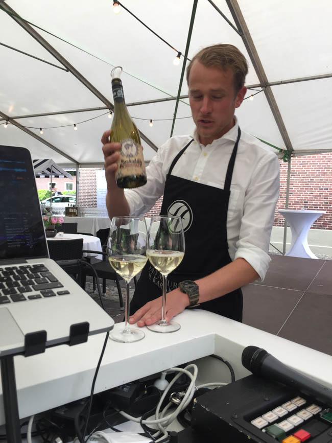Uiteraard 'proosten' we daar even op tijdens de klus! :-) Hier een heerlijke wijn deskundig geserveerd door Heisterkamp Wijnen! Bedankt heren! ?