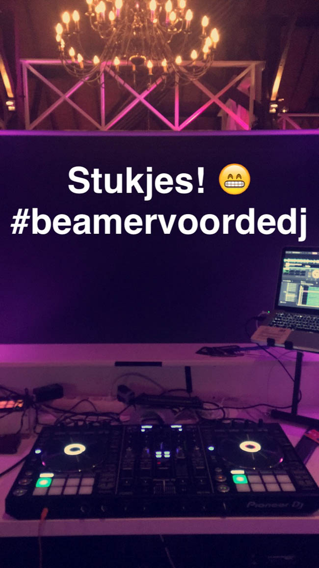 DJ Rutger stond op Urk waar hij zich vlak voor het begin van een super gave bruiloft moest verstoppen achter het beamerscherm; tijd voor een stukje! ?