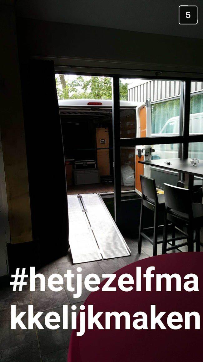 Roadie Sander reed snel naar Restaurant Fox te Denekamp, hier wordt erg goed gezorgd voor de DJ's, roadies & het overige leveranciers! ??