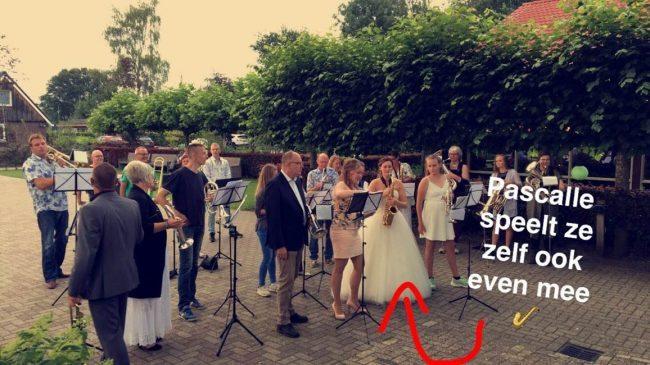 DJ Mark stond op de bruiloft van Jeroen & Pascalle. Voorafgaand aan het feest kwam de fanfare nog even langs! ?