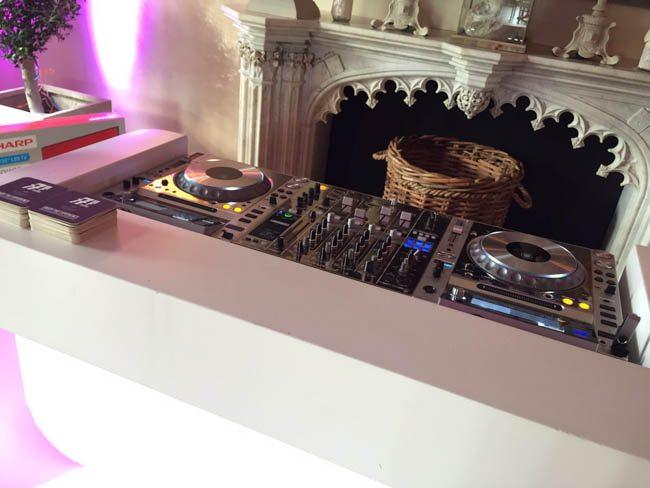 De DJ-set past perfect en de bierviltjes liggen klaar voor de verzoeknummers! ? #feest
