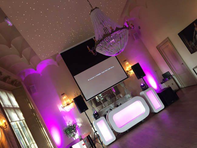 Ook bij Kasteel Schaffelaar stond een DJ Show van ons! Hier zorgde DJ Mike ervoor dat het dak eraf ging met de Oval DJ Show & uplights op de bruiloft van Martijn & Loïs! ?