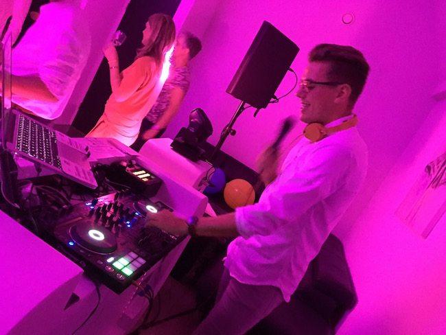 Even later liet hij het toch echt maar over aan de allround DJ Mark op de bruiloft van Martin & Karen in de Fox Lodges!