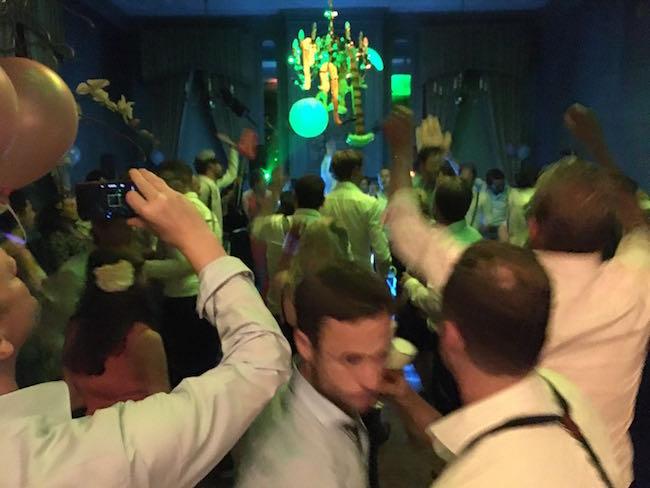 DJ Robert draaide bij Kasteel Wijenburg! Man.. wat een feest was dat! Ongekend. Iedereen en alles ging he-le-maal LOS! ????? Een goede/scherpe foto was hierdoor helaas niet te maken! Maar volgens ons zeggen deze beelden genoeg? ;-)
