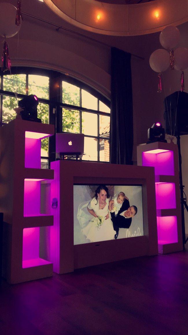DJ Mark draait op de bruiloft van Thijs & Rianne bij het Brodshoes! Prachtige foto op het scherm, niet? ??