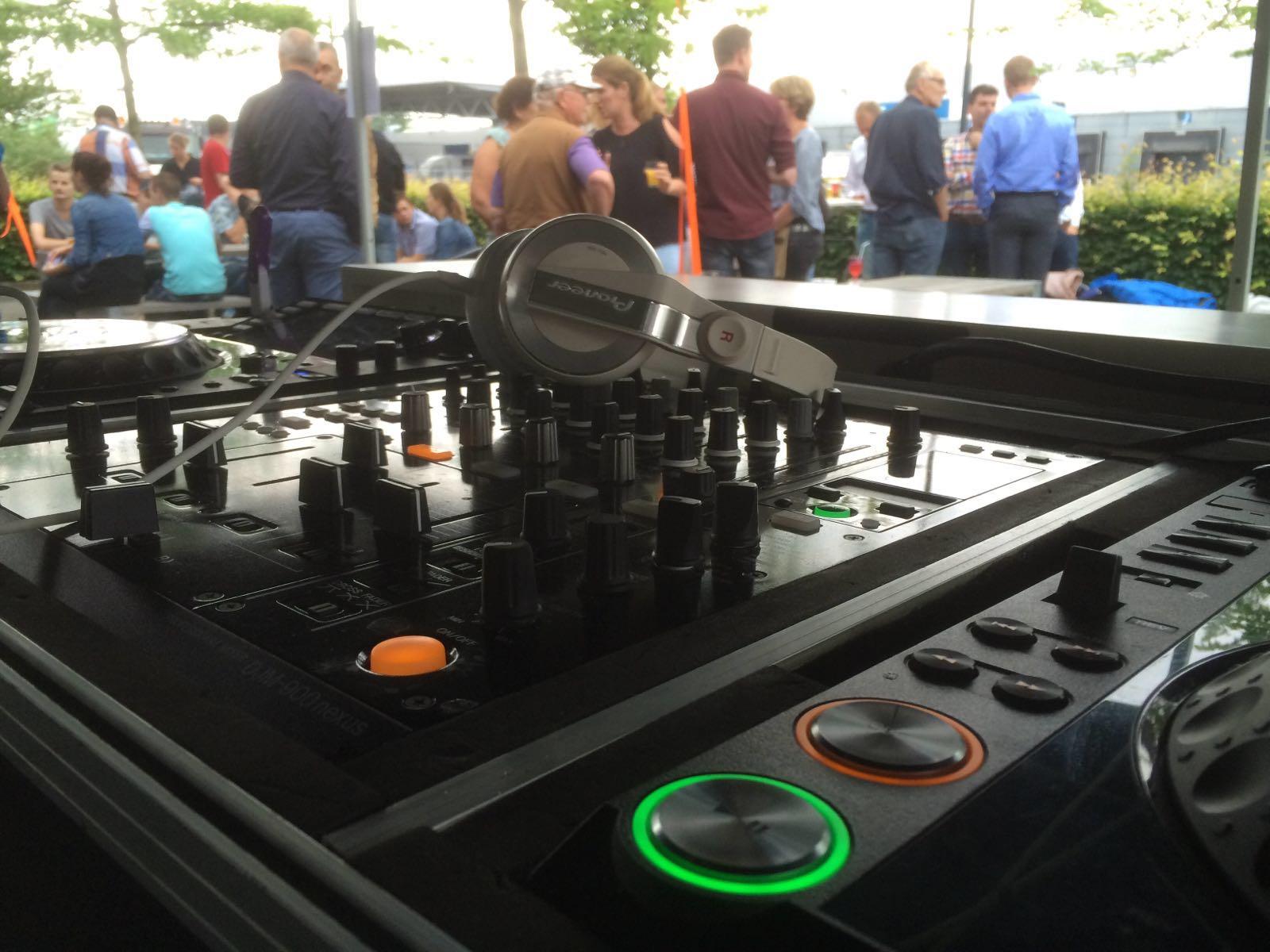 DJ Robert zorgde in de middag voor de omlijsting van de zomer BBQ bij Rosti Mepal te Zutphen! ?