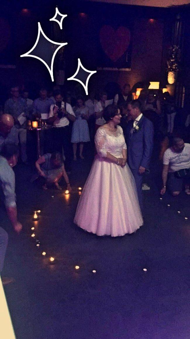 Het bruidspaar werd door de gasten verrast met een hartje van kaarsjes! :-)