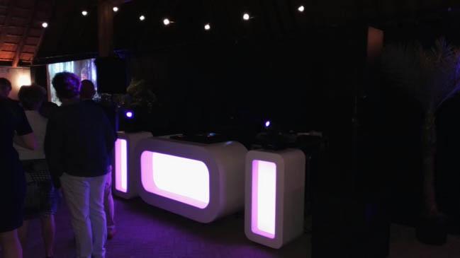 Na het vinden van het juiste overhemd, reisde DJ Rutger naar Rijs in Friesland! ✌? Op de bruiloft van Marco & Jose stond een Oval DJ Show incl. uplights & saxofonist! ?