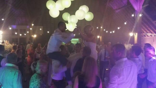 Zoals dat hoort binnen de familie & vriendengroep van het bruidspaar Marco & José; de lucht in! ?