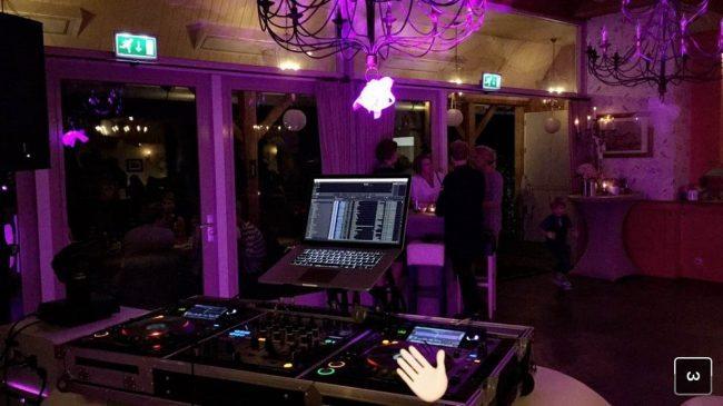 DJ Olivier staat klaar bij 't Hulsbeek in Oldenzaal! Het dak ging eraf met de Oval DJ Show! ??