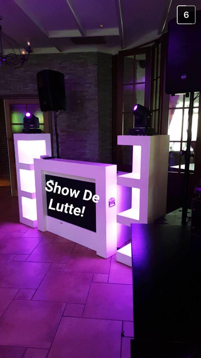 Zo, de eerste show staat! Vrijdagmiddag, uurtje of 12:00. Roadie Sander zorgde ervoor dat de bruiloft van Marije & Tim ruim op tijd voorbereid en klaar stond bij Paviljoen Lutterzand! ??