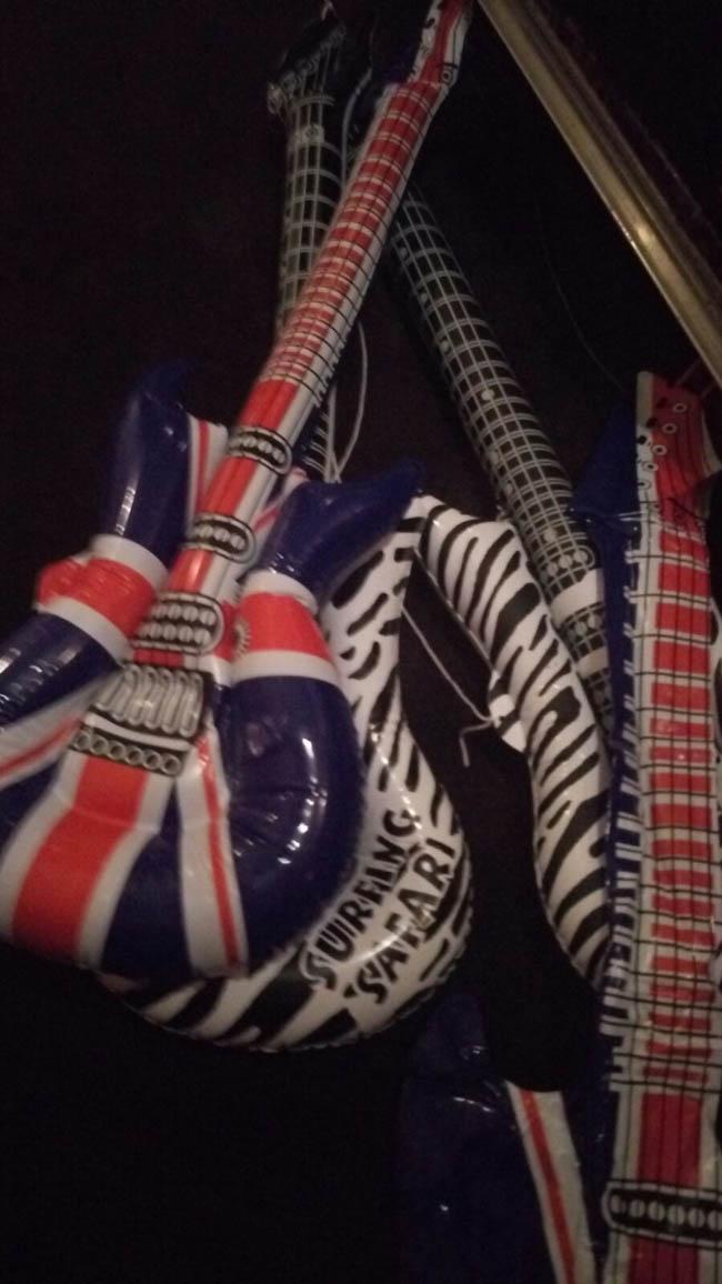 Bij 'Kottink' te Geesteren staat op dezelfde tijd DJ Sebas klaar om een flink feest te maken op de bruiloft van Gerhans & Rienke! Deze 'props' lagen alvast klaar voor de gitaarsolo! ?