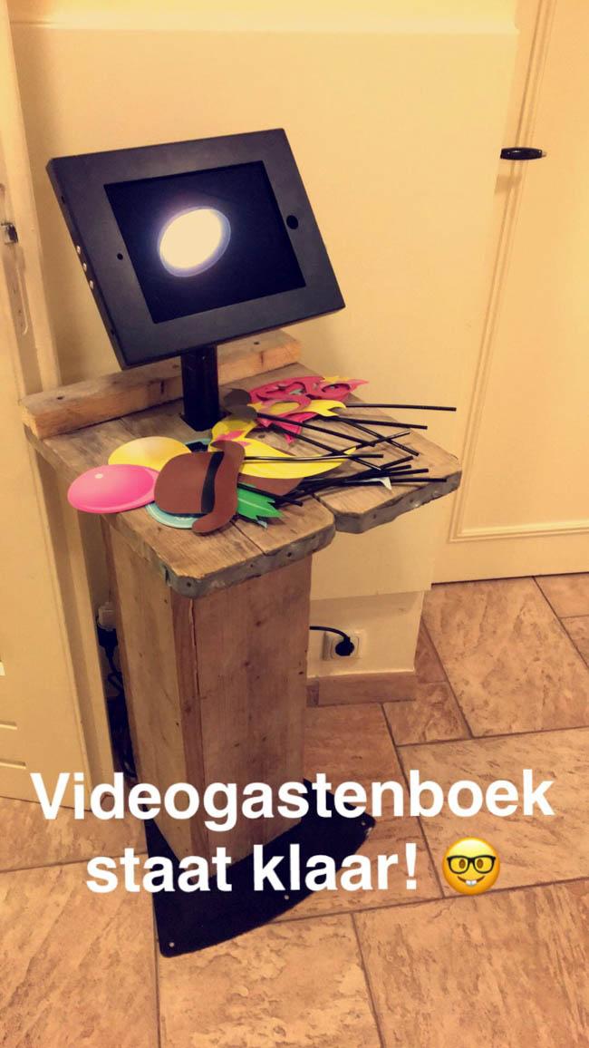 Snel even het videogastenboek klaarzetten, dit maal inclusief de attributen! Karin & Michiel; de beelden komen vandaag jullie kant op! ? #genietervan