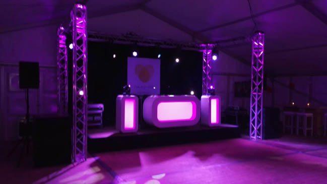 DJ Rutger kwam om 19:00u aan in een GI-GAN-TI-SCHE tent! Even schrikken, maar gelukkig waren we goed voorbereid. Maar liefst 300 gasten op de bruiloft van Bernadette & Frank! ?