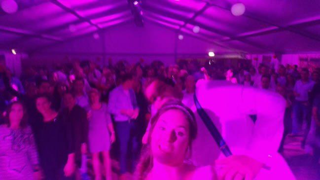 Deze kwamen we nog even tegen, perfecte afsluiter van dit weekoverzicht, nietwaar? :) Een selfie van Frank & Bernadette met maar liefst 300 uitbundige feestgangers! ???