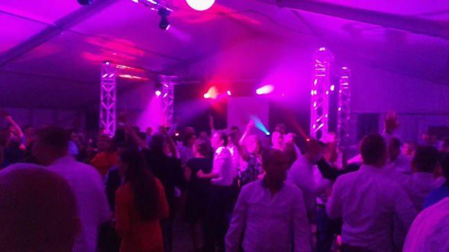 FEEST in de tent! Precies zoals Frank & Bernadette wilden, een bruiloft voor in de boeken! ? #party