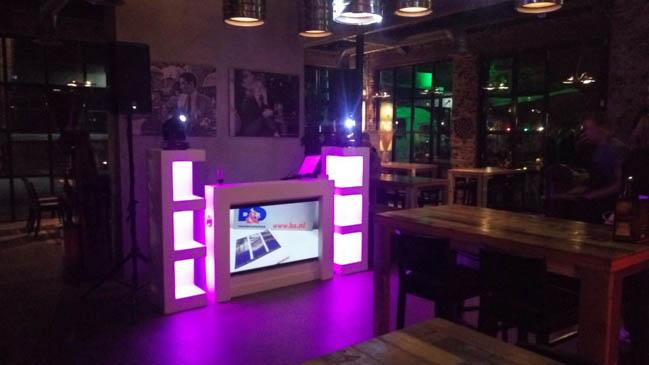 Hoppa! DJ Sebas maakte de show nog nét iets persoonlijker met een afbeelding op het scherm, aangeleverd door het bedrijf zelf! ?