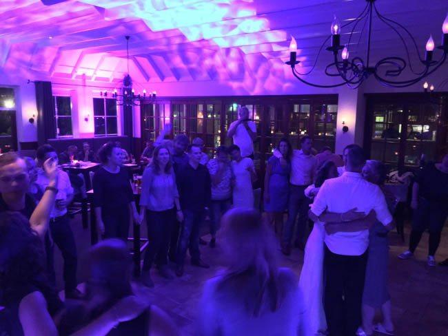 Inmiddels is het tijd voor de openingsdans bij de bruiloft van Marije & Tim, hier zorgde DJ Sjors voor een flink feest! ??