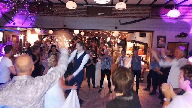 DJ Rutger E draaide bij de Zandstuve, vanaf de openingsdans gingen gelijk de voetjes van de vloer op de bruiloft van Mathilde & Remco!