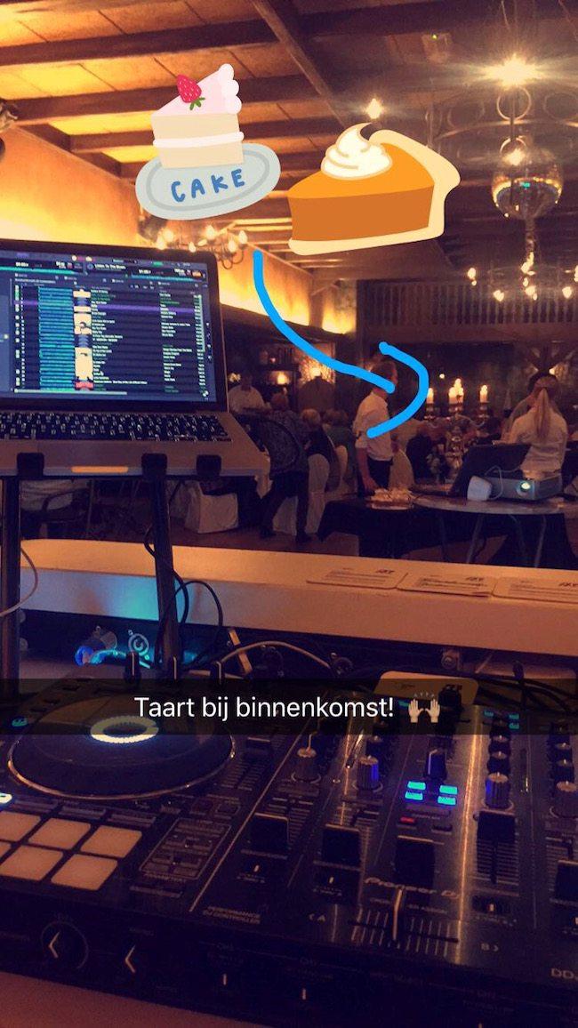 Bij binnenkomst stond er voor vrienden en familie een taartbuffet klaar! Aanrader voor feesten bij de Tolplas in Hoge Hexel :-) ??